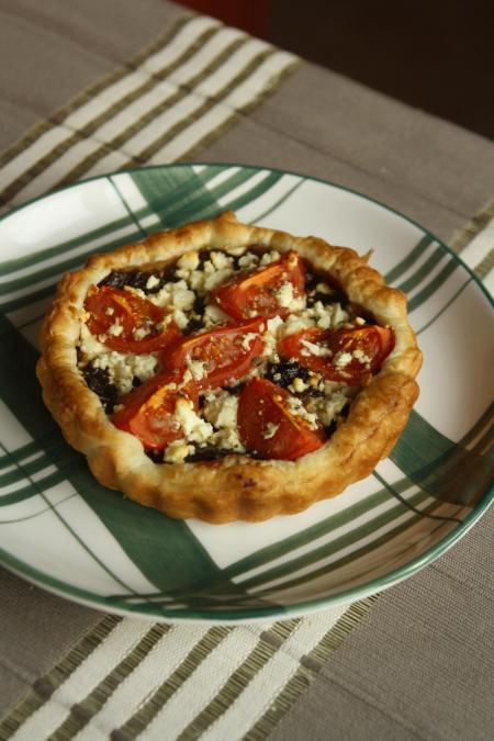 Tartaletki z karmelizowaną cebulą, pomidorami i fetą