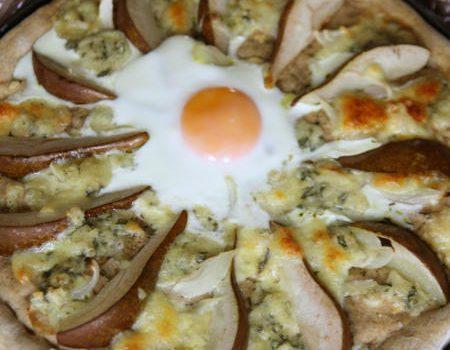 Pizza na żytnim z gruszkami i serem pleśniowym