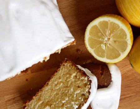 Wilgotne ciasto cytrynowo-jogurtowe