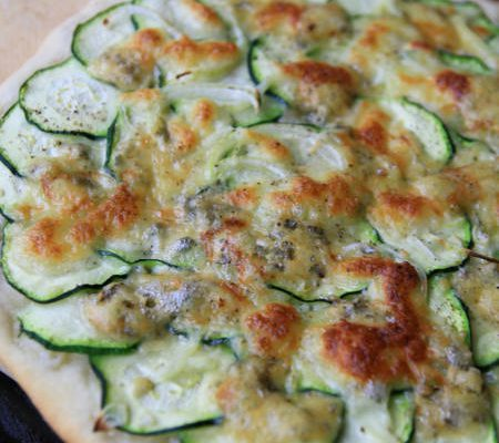 Pizza bianko z cukinią i niebieskim serem