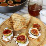 Karmelizowane figi z ricottą podawane na grzankach