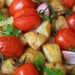 Młode ziemniaki pieczone z pomidorkami