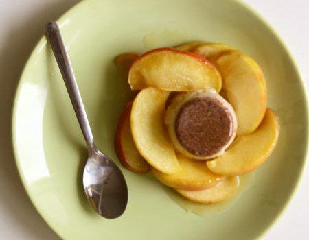 Cynamonowa panna cotta z jabłkami