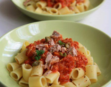 Makaron z sosem pomidorowym i tuńczykiem