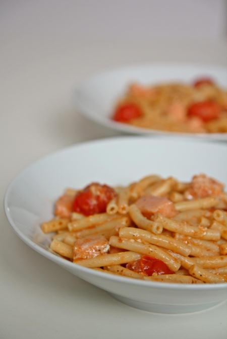 Makaron z łososiem, czerwonym pesto i pomidorkami