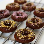 Podwójnie czekoladowe pieczone donuty