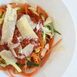 Makaron z cukinii i marchwi z sosem pomidorowym
