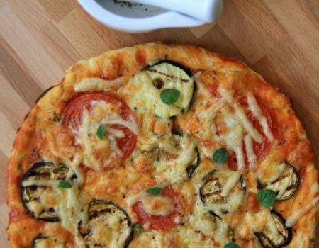 Pizza z grillowanymi warzywami i wędzonym serem