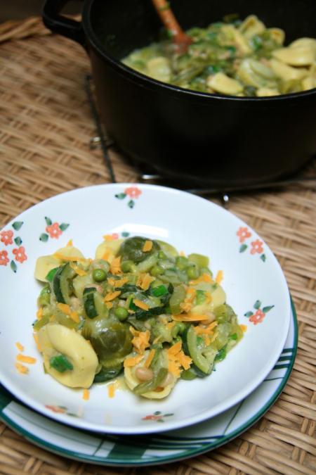Zielony gulasz z szpinakowym tortellini
