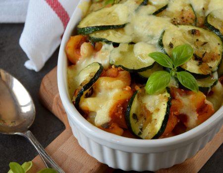 Zapiekanka makaronowa z sosem pomidorami, ricottą i warzywami