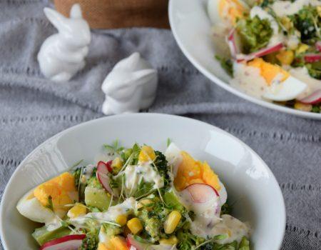 Sałatka brokułowa z rzodkiewkami, jajkiem i rzeżuchą
