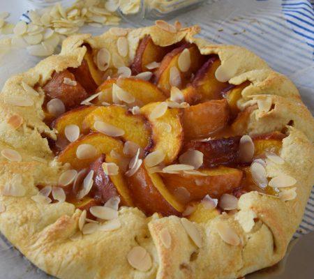Słodka tarta rustykalna z brzoskwiniami