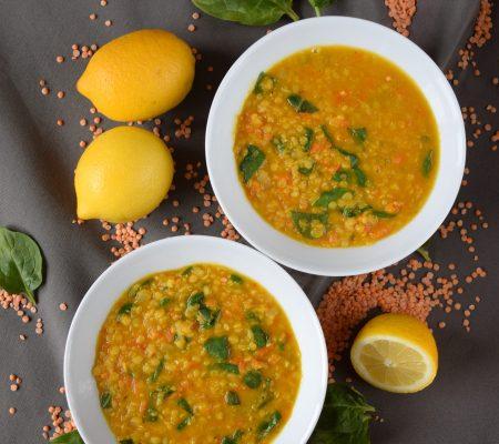Rozgrzewająca zupa z soczewicy i szpinaku