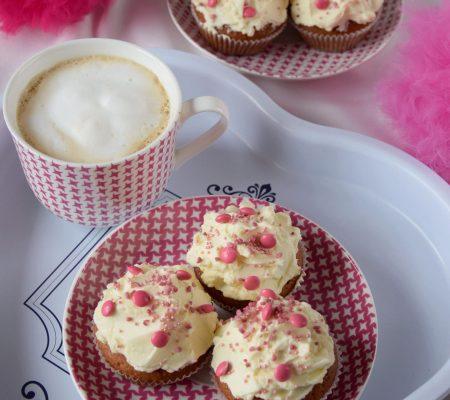 Walentynkowe babeczki delikatnie truskawkowe z kremem z białej czekolady