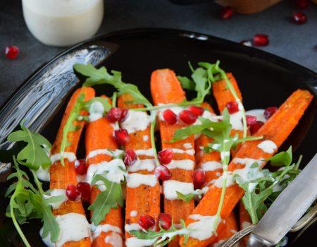 Pieczone marchewki z sosem tahini i granatem
