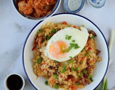 Smażony ryż z kimchi, kapustą pekińską i boczkiem