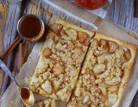 Ekspresowa tarta z jabłkami, kruszonką i sosem karmelowym