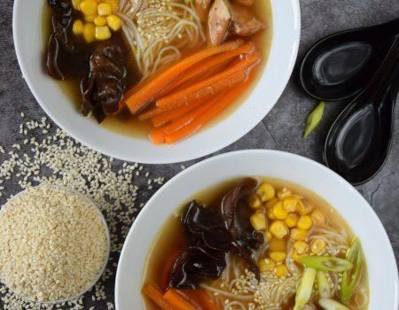 Rosołek chiński z grzybami mung, kukurydzą i marchewką