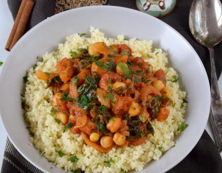 Wegański gulasz marokański z ciecierzycą i jarmużem