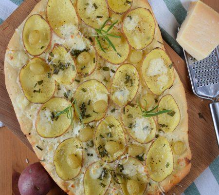 Pizza z ziemniakami i winogronem