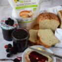 Dżem jeżynowy z domowych chlebem słonecznikowym