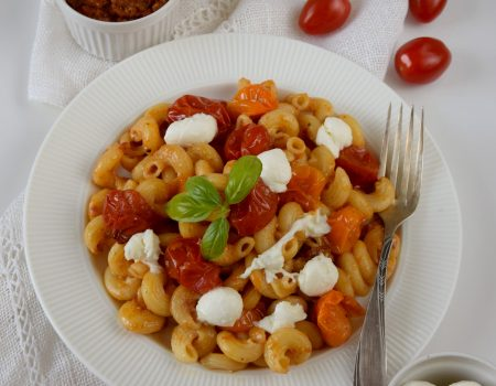 Makaron z czerwonym pesto, pieczonymi pomidorkami i mozzarellą