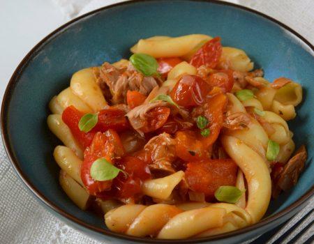 Makaron z tuńczykiem z pieczoną papryką i pomidorkami