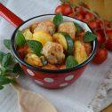 Pomidorowy gulasz z drobiowymi klopsikami