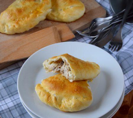 Calzone z gotowanym kurczakiem i pieczarkami