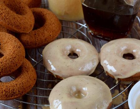 Jabłkowe donuty z lukrem z syropem klonowym