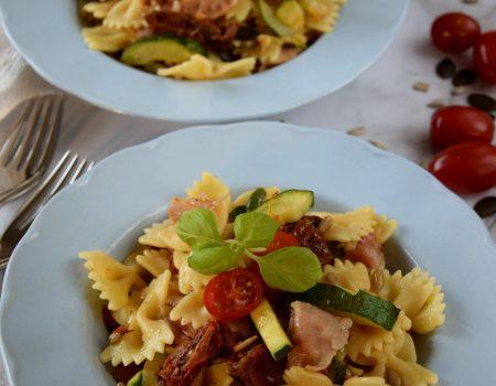 Makaron z boczkiem, suszonymi pomidorami i cukinią