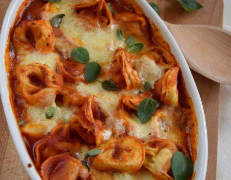Mięsne tortellini zapiekane w sosie pomidorowym