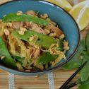 Makaron po chińsku z kurczakiem i groszkiem cukrowym