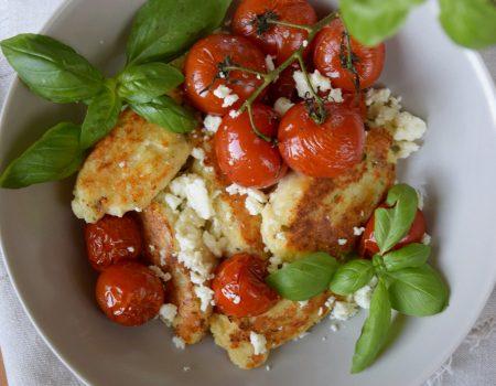 Opiekane kluski twarogowo-ziołowe z pieczonymi pomidorkami