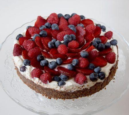 Tarta czekoladowa z owocami i bitą śmietaną