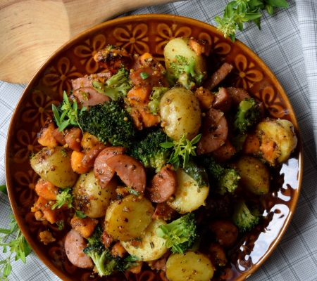 Pieczona kiełbasa z ziemniakami, brokułem i batatem w słodko-pikantnej marynacie