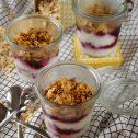 Prażona owsianka z jogurtem i owocami