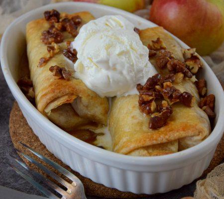 Słodkie tortille w jabłkami w karmelu