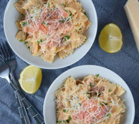 Pikantny makaron z wędzonym łososiem i suszonymi pomidorami