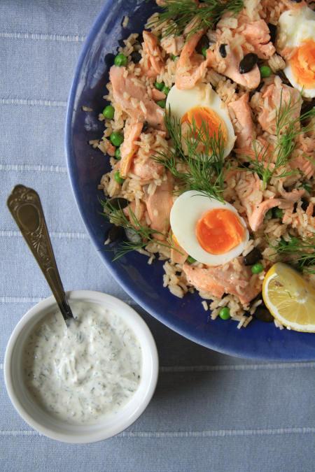 Ryżowa sałatka z łososiem i jajkiem