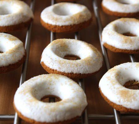 Dyniowe donuty z serową polewą