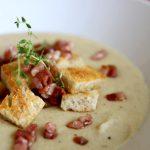 Kremowa zupa fasolowa z boczkiem i grzankami