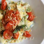 Tortellini z bobem i confit z pomidorków cherry