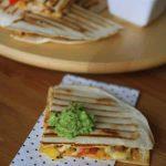 Quesadillas z kurczakiem i papryką podany z guacamole