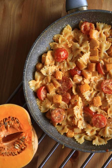 Makaron z dynią, pomidorkami i kremowym serkiem