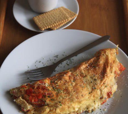 Puszysty omlet z pomidorkami i papryką
