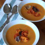 Krem z pieczonej dyni piżmowej, pomidorków i cebuli