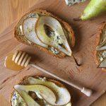 Grzanki z gruszką i niebieskim serem