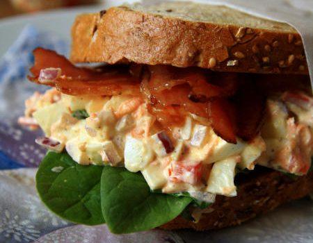 Mega kanapka z pastą jajeczno-warzywną