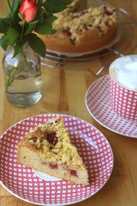 Ciasto ucierane z truskawkami i rabarbarem